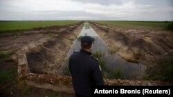 Pripadnik granične policije Hrvatske kod granice sa Srbijom