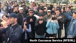 Пришедшие на митинг против строительства храма в парке
