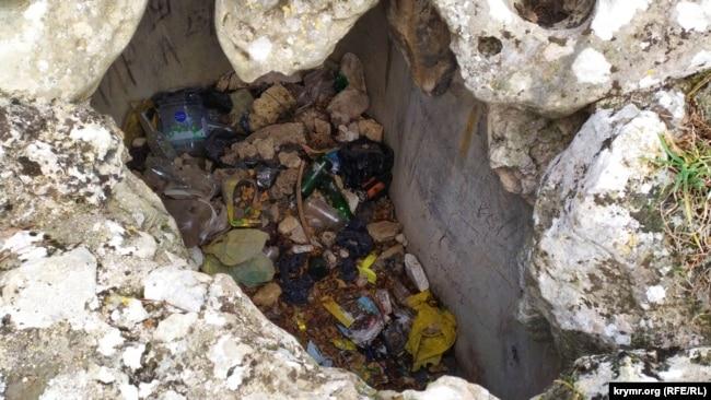 В этом резервуаре когда-то была вода, а теперь куча мусора