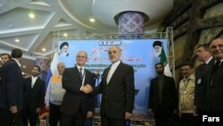 Eýarnyň ýadro başlygy Ali Akbar Salehi rus kärdeşi bilen, Bushehr, 10-njy sentýabr, 2016
