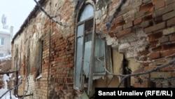 Обвалившаяся стена аварийного дома 1868 года постройки. Уральск, 5 января 2017 года.