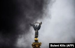 Монумент на Майдане Незалежности в дыму. Киев, 20 февраля 2018 года.