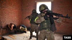 Байцы расейскай Нацыянальнай гвардыі на вучэньнях у Валгаградзкай вобласьці 28 ліпеня.