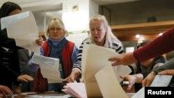Подсчет бюллетеней после закрытия избирательного участка в Киеве. 25 октября 2015 года.
