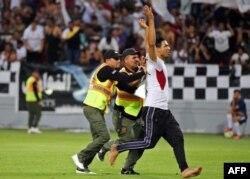 در اواخر بازی یک تماشاگر عراقی وارد زمین شد که داور ناچار شد بازی را قطع کند.