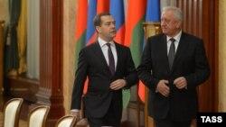Rusi - Kryeministri rus Dmitry Medvedev (M) dhe kryeministri i Bjellorusisë Mikhail Myasnikovich gjatë takimit në Moskë, 13 dhjetor, 2013