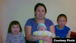Майра Турсыналиева, жена Жалгаса Шалгынбаева, и их дети. Февраль 2012 года.
