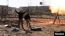 """Иракские солдаты обстреливают из миномёта позиции """"Исламского государства"""" в Мосуле. 6 января 2017"""