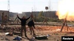 """Иракские солдаты обстреливают из миномёта позиции экстремистской группировки """"Исламское государство"""" в Мосуле. 6 января 2017 года."""