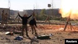 Иракские солдаты обстреливают из миномета позиции «Исламского государства» в Мосуле. 6 января 2017 года.