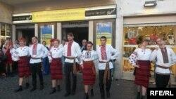Українська молодь танцює «Гуцулочку» на церемонії відкриття «Днів українського кіно». Рим, 1 червня 2017 року