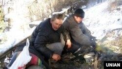 Безпритульні гріються біля багаття, сидячи на трубах тепломагістралі в Севастополі