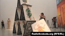Художник Сергій Захаров під час перформансу «картковий будинок» у Dox, Прага, 10 червня 2015