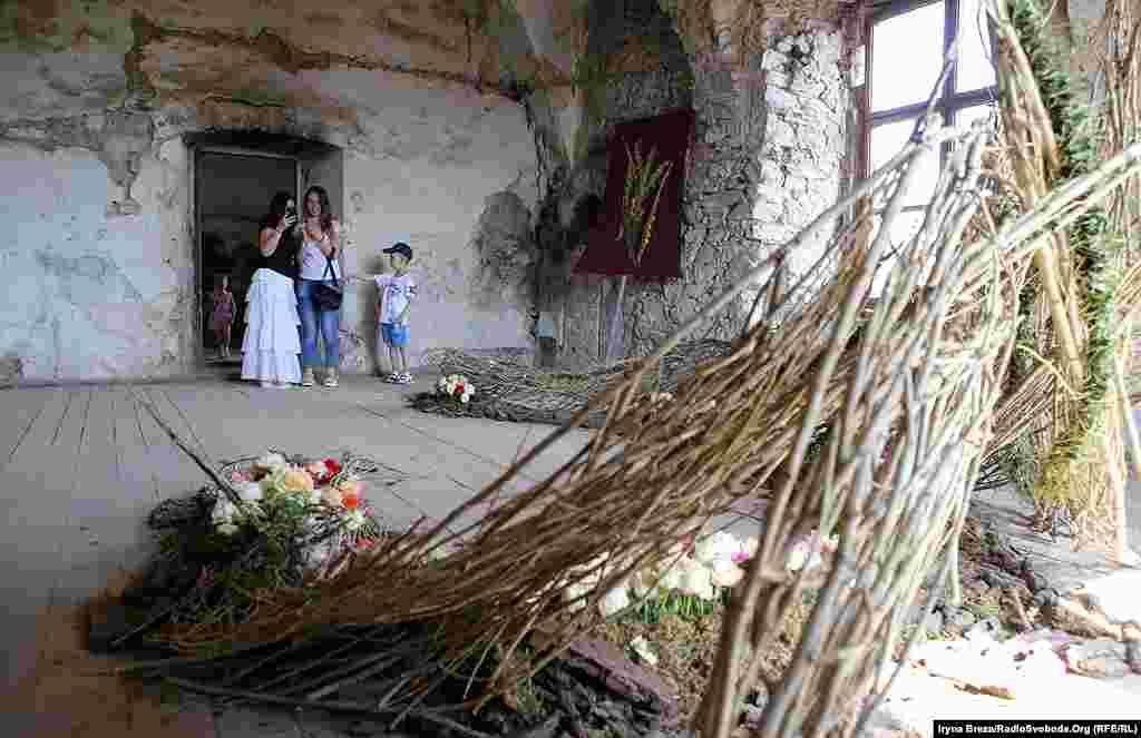 Напівзруйновані приміщення оживають завдяки квітам та людській увазі