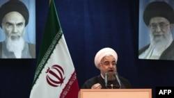 Хасан Рухані выступае на фоне партрэтаў Рухалы Хамэйні і Аяталы Хамэйні 16 траўня 2017