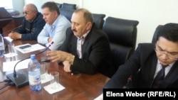 """Представители коммунального предприятия """"Окжетпес"""" и сотрудники департамента по регулированию естественных монополий по Карагандинской области на встрече с жителями Темиртау. 19 мая 2015 года."""