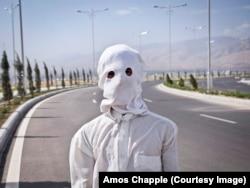 Дворник в маске недалеко от Дворца бракосочетаний. Маска предназначена для защиты от палящего летнего солнца. Температура в Туркменистане летом может превышать 50 градусов по Цельсию.
