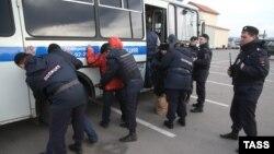 Мәскеу полициясы мигранттарды ұстап жатыр. (Көрнекі сурет)