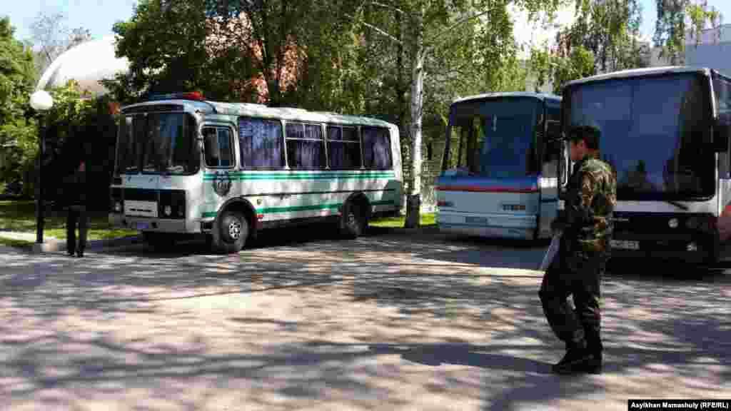 """Алматыдағы """"Сарыарқа"""" кинотеатры маңында тұрған полиция көліктері. 21 мамыр 2016 жыл."""