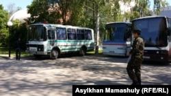 Автобусы полиции рядом со сквером за кинотеатром Сары-Арка. Алматы, 21 мая 2016 года.