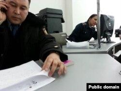 """Индира Тұрсынбай әлеуметтік желіге """"Астана ЦОН-ындағы айыппұл салған қызметкерлер"""" деп жариялаған сурет. 14 ақпан 2014 жыл."""