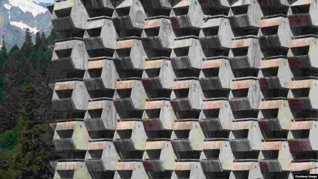 Гостиница «Аманауз» в Домбае, Карачаево-Черкесия. Это самое высокое здание в селе Домбай.Строительство гостиницы «Аманауз» заморозили на последнем этапе. Сохранился зал с винтовой лестницей. Гостиничные номера составляют около 10 м². В каждом номере есть балкон с видом на ущелье Домбай-Ульген