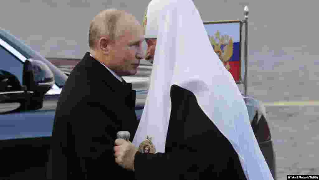 РУСИЈА - Руската православна црква ги повика ОН, лидерите на Германија и на Франција, папата Франциск и другите верски лидери да ги заштитат верниците во Украина од притисоците на државата врз свештениците кои ги поставува Руската патријаршија.