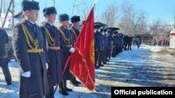 Милициянын лейтенанты Нурланбек Эркуловду акыркы сапарга узатуу үчүн кесиптештери барды. Өзгөн. 29-январь, 2021-жыл.