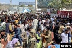 Люди пытаются пройти в аэропорт Кабула, 16 августа 2021 года