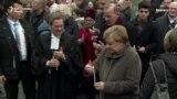 Cvijeće i svijeće u sjećanje na pad Berlinskog zida