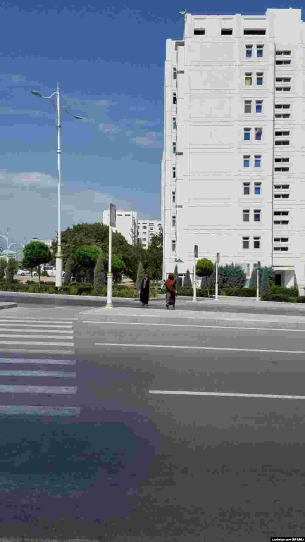 Улица Андалыпа. Ашхабад, июнь, 2021.