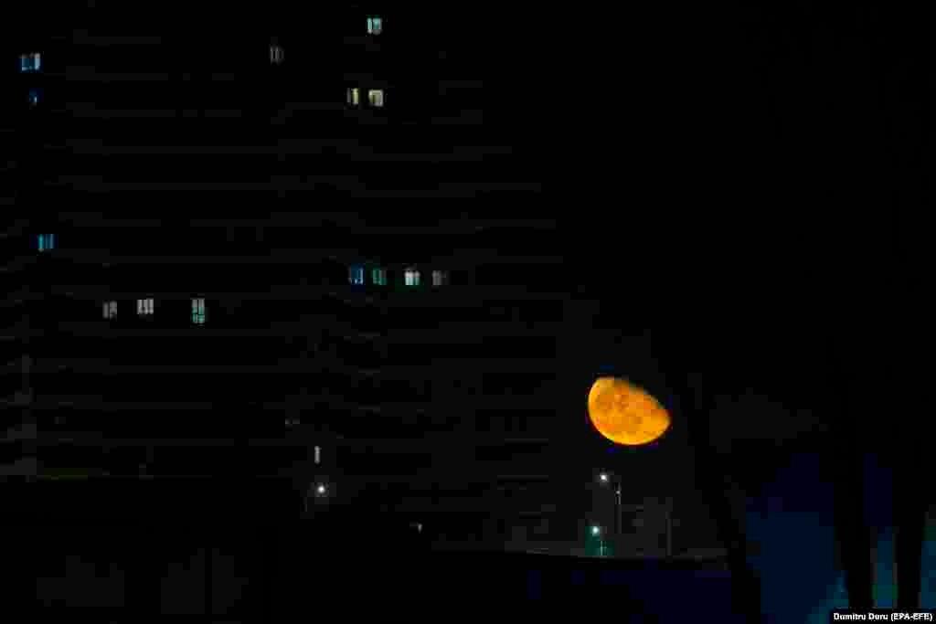 Вид на Луну из окна дома в Кишиневе, Молдова