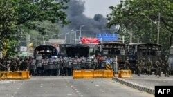 Илустрација - Полициска блокада за време на еден од протестите во главниот град на Мјанмар