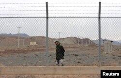 Iráni katona őrködik a Teherántól délre fekvő natanzi urándúsító felszíni részénél.