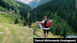 """Трэвел-блогер Давуд Ахунзада в горах Кыргызстана. Фото взято с его странички в """"Инстаграме""""."""
