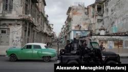 Vozilo specijalne jedinice u centru Havane, 13. juli 2021.
