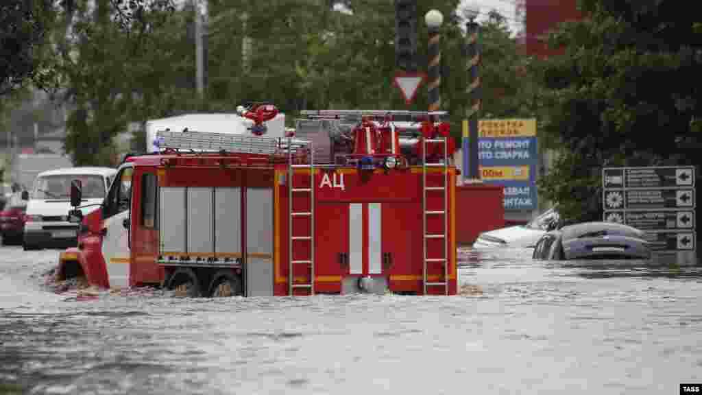 Пожарная машина преодолевает водную преграду