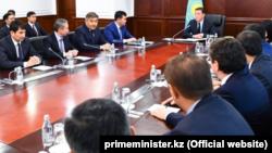 Премьер-министр Казахстана Аскар Мамин и члены его кабинета. Астана, 1 марта 2019 года.