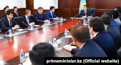 Асқар Мамин пен үкімет мүшелері. Астана, 1 наурыз 2019 жыл.