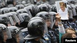 Ukrainaly zenan Timoşenkonyň türme tussaglygyna höküm edilmegine protest bildirýär, Kiýew, 5-nji iýun.