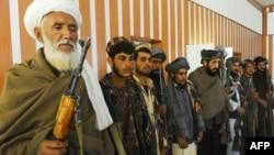 Талибанның бұрынғы жауынгерлері ауған үкіметі күштеріне қаруларын тапсырып жатыр. Герат уәлаяты, 23 қазан 2013 жыл. (Көрнекі сурет)