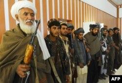 """""""Талибан"""" қозғалысының бұрынғы мүшелері бейбітшілікке арналған шараға қатысып тұр. Ауғанстан, Герат, 23 қазан 2013 жыл."""