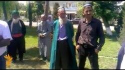 Таҷаммӯъи сокинон дар назди бинои додситонии Кӯлоб