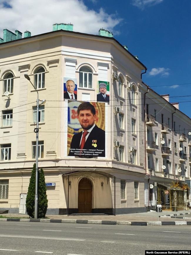 Очень смелый размер портрета Рамзана Кадырова (и маленький Путин рядом)
