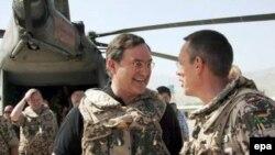 فرانس یوزف یونگ، وزیر دفاع آلمان در جریان دیدار از افغانستان
