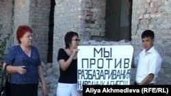 Оппозиция протестует против покупки полуразрушенного здания для наркодиспансера. Талдыкорган, сентябрь 2010 года.