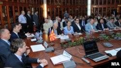 Владина делегација предводена од премиерот Никола Груевски на бизнис форум во Москва на 18 јуни 2012 година.