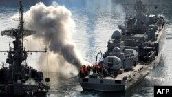 """Служащие ВМФ России на палубе корабля """"Суздалец"""". Севастополь, 25 марта 2014 года."""