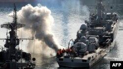 Захват корабля украинского военно-морского флота российскими военными моряками около города Севастополь, Крым, 25 марта 2014