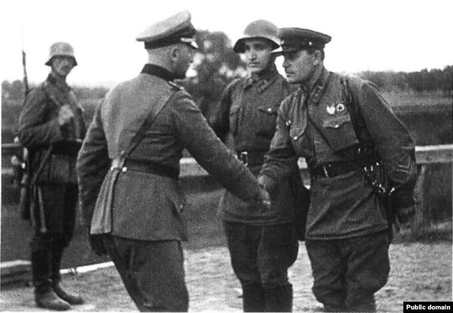 Рукопожатие немецкого и советского офицеров на одном из участков фронта в Польше, где войска новоиспеченных союзников вошли в соприкосновение